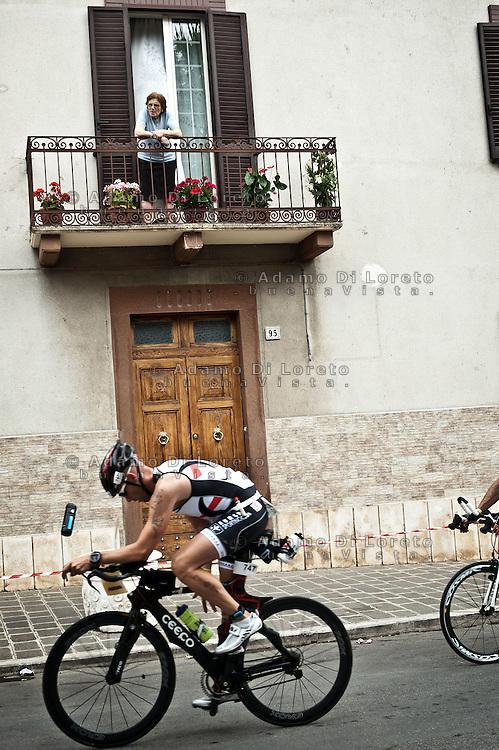 PESCARA (PE) 10/06/2012 - IRON MAN ITALY 70.3 ITALY. NELLA FOTO IL PASSAGGIO DEGLI ATLETI AL PUNTO RISTORO SITUATO NEL COMUNE DI PIANELLA (PE) . FOTO DI LORETO ADAMO