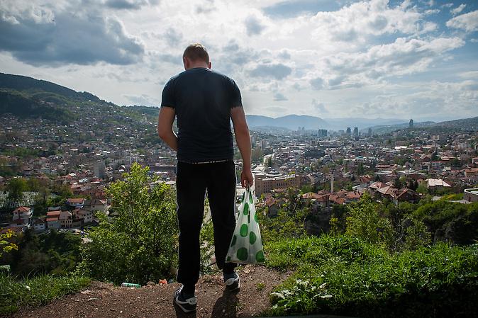 Ein junger Mann blickt auf seine Heimatstadt Sarajewo.