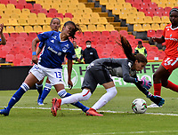 BOGOTÁ-COLOMBIA, 08-09-2019: Karen Páez de Millonarios y Nathalia Giraldo de América de Cali disputan el balón, durante partido entre Millonarios y el América de Cali de ida de las semifinales por la Liga Águila Femenina 2019  jugado en el estadio Nemesio Camacho El Campín de la ciudad de Bogotá. / Karen Páez of Millonarios and Nathalia Giraldo of America de Cali figth for the ball, during a match between Millonarios and America de Cali of the semifinals for the 2019 Women's Aguila League played at the Nemesio Camacho El Campin Stadium in Bogota city, Photo: VizzorImage / Luis Ramírez / Staff.