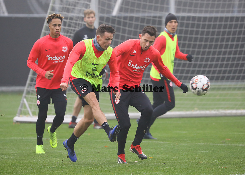 Nikolai Müller (Eintracht Frankfurt) gegen Branimir Hrgota (Eintracht Frankfurt) - 14.11.2018: Eintracht Frankfurt Training, Commerzbank Arena, DISCLAIMER: DFL regulations prohibit any use of photographs as image sequences and/or quasi-video.