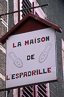 Europe/France/Aquitaine/64/Pyrénées-Atlantiques/Saint-Jean-Pied-de-Port: Détail de l'enseigne d'une boutique d'espadrilles basques