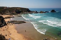 Portugal, Alentejo, bei Zambujeira do Mar: Strand am Atlantik im Parque Natural do Sudoeste Alentejano e Costa Vicentina | Atlantic waves breaking on sandy beach in the morning sun, Zambujeira do Mar, Alentejo region, Portugal, Europe
