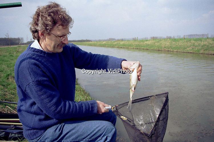 Foto: VidiPhoto..HETEREN - Het riviertje De Linge is op dit moment bijzonder populair bij sportvissers. Deze visser komt zelfs uit Velp om langs De Linge bij Heteren .van de rust en ruimte te genieten. En van de vis natuurlijk. Op veel plaatsen is het nog te koud om goed te vangen. De Linge is echter relatief ondiep. Het .water is daar eerder op temperatuur. Vandaar dat veel sportvissers in het vroege voorjaar het Betuwse riviertje opzoeken..