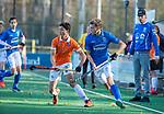BLOEMENDAAL  - David Texeira de Mattos (Bldaal) met Tom Verheijen (Kampong) , competitiewedstrijd junioren  landelijk  Bloemendaal JB1-Kampong JB1 (4-3) . COPYRIGHT KOEN SUYK