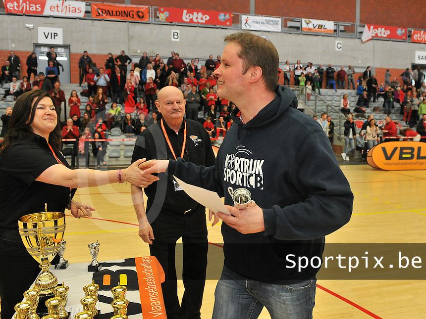 Beker Van Vlaanderen U14 Jongens ; Port of Antwerp Giants - Kortrijk Sport CB : verliezend finalist Kortrijk krijgt een zilveren beker overhandigd , hier met coach Stefaan Ryckoort (rechts).foto VDB  / Bart Vandenbroucke