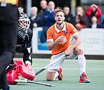 UTRECHT - keeper David Harte (Kampong) ziet de inzet van Roel Bovendeert (Bldaal) voorlangs gaan  tijdens de hockey hoofdklasse competitiewedstrijd heren:  Kampong-Bloemendaal (3-3).    COPYRIGHT KOEN SUYK