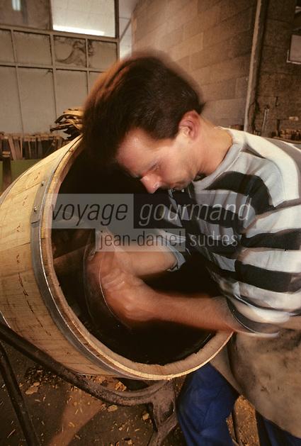 Europe/France/Poitou-Charentes/16/Charente/Cognac/Tonnellerie Seguin Moreau: Taillage du chanfrein avec l'Asse [Non destiné à un usage publicitaire - Not intended for an advertising use]<br /> PHOTO D'ARCHIVES // ARCHIVAL IMAGES<br /> FRANCE 1990