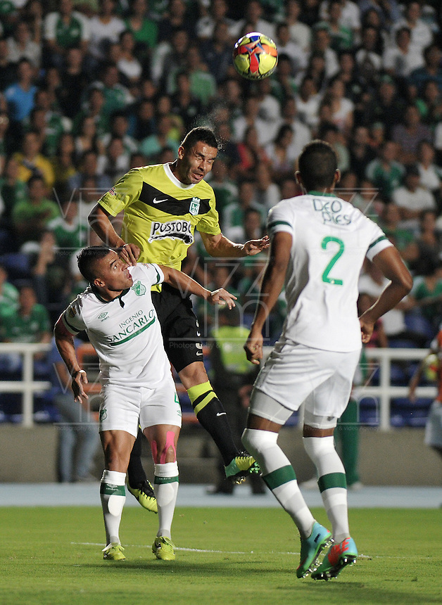 CALI- COLOMBIA -22 -01-2014: Vladimir Marin (Izq), jugador de Deportivo Cali disputa el balón con Francisco Najera (Der.) jugador del Atletico Nacional en durante partido de ida por la Super Liga 2014, jugado en el estadio Pascual Guerrero de la ciudad de Cali. / Vladimir Marin (L), player of Deportivo Cali vies for the ball with Francisco Najera (R) player of Atletico Nacional during a match for the first leg of the Super Liga 2014 at the Pascual Guerrero Stadium in Cali city. Photo: VizzorImage  / Luis Ramirez / Staff.