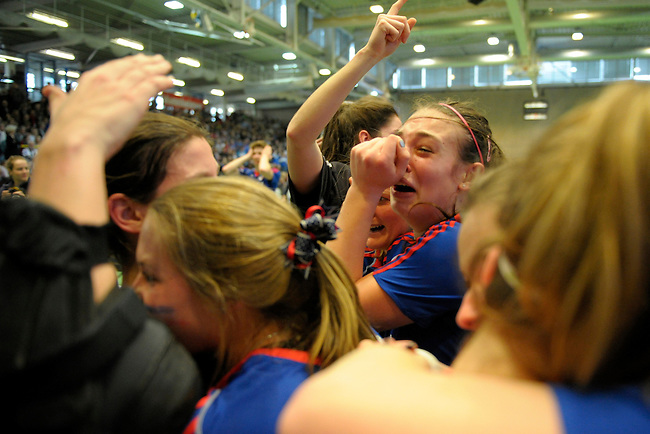 GER - Luebeck, Germany, February 07: Players of Mannheimer HC celebrate after winning the shootout during the 1. Bundesliga Damen indoor hockey final match at the Final 4 between Mannheimer HC (blue) and Duesseldorfer HC (white) on February 7, 2016 at Hansehalle Luebeck in Luebeck, Germany. Final score 6-4 after shootout. (Photo by Dirk Markgraf / www.265-images.com) *** Local caption *** Julia Meffert #97 of Mannheimer HC
