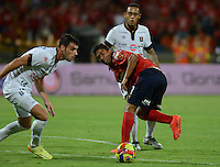 MEDELLÍN -COLOMBIA-03-08-2014. Christian Marrugo (Der) jugador de Independiente Medellín disputa el balón con Fernando Bonjour (C)  jugador del Once Caldas de la fecha 3 de la Liga Postobón II 2014 realizado en el estadio Atanasio Girardot de la ciudad de Medellín./ Christian Marrugo (R) player of Independiente Medellin fights the ball with Fernando Bonjour (C) player of Once Caldas during 3th date of Postobon  League II 2014 at Atanasio Girardot stadium in Medellin city. Photo: VizzorImage/Luis Ríos/STR