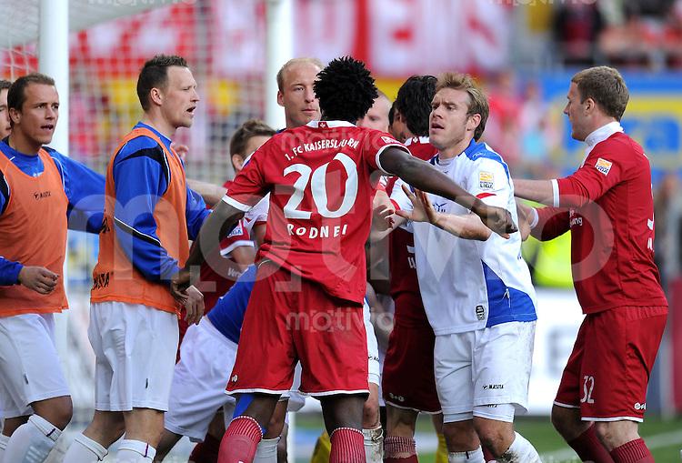 2. Fussball Bundesliga:  Saison   2009/2010  , 32.  Spieltag  Kaiserslautern - Hansa Rostock    23.04.2010 Auseinandersetzung mit Rodnei Francisco de Lima (Lautern) Tim Sebastian (Rostock)