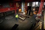 AMSTERDAM - Onder het perron van Centraal Station Amsterdam werkt een timmerman in het licht van een bouwlamp aan de bekisting van een reusachtige betonnen bodemplaat. De metersdikke plaat waar de man op staat en die steunt op stalen buizen waarvan het alleen het ronde betonijzer nog zichtbaar is, moet het stationsgebouw gaan dragen, zodat er later de tunnelelementen van de Noord/Zuidlijn onder geschoven kan worden. COPYRIGHT TON BORSBOOM