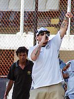 ATENCAO EDITOR FOTO ARQUIVO DE 01/02/2010 - CANTOR CHORÃO - Chorão durante reapresentação do jogador Robinho no time do Santos na Vila Belmiro em Santos em 01/02/2010 - Chorão, vocalista e líder da banda de rock santista, Charlie Brown Jr, foi encontrado morto nesta madrugada, 6, em Pinheiros, na zona oeste de São Paulo. 06/03/2013. FOTO: WILLIAM VOLCOV / BRAZIL PHOTO PRESS).