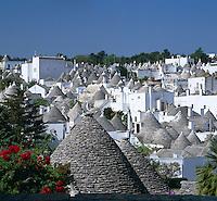 Italy, Puglia, Alberobello at Valle dItria: Rione Monti quarter - UNESCO World Cultural Heritage | Italien, Apulien, Alberobello im Valle dItria: Blick aufs Viertel Rione Monti - UNESCO Weltkulturerbe