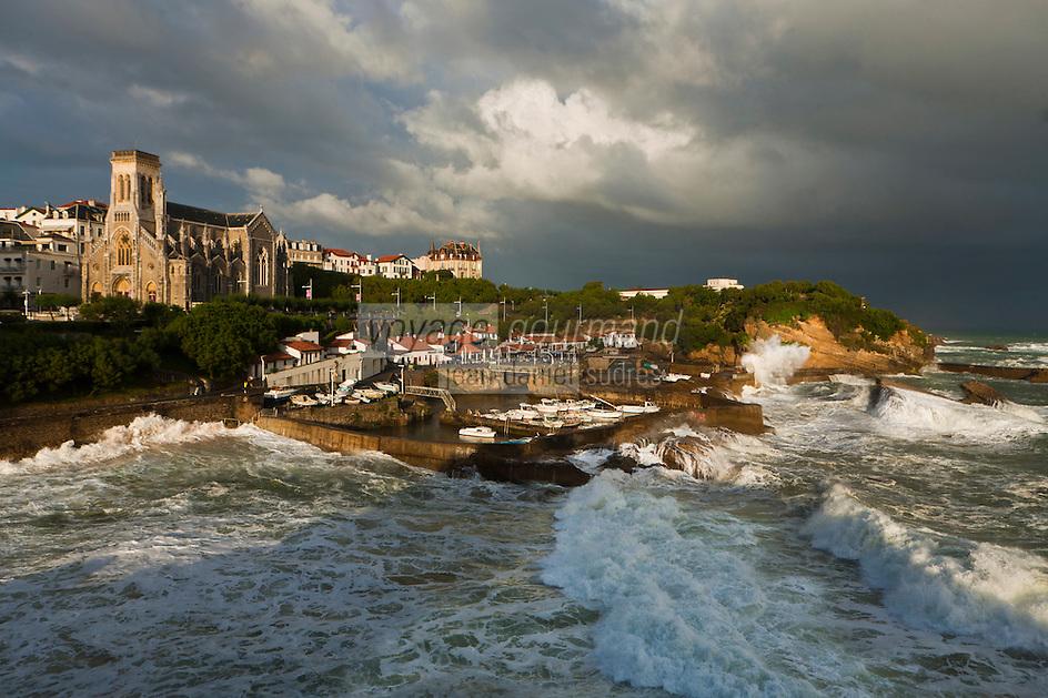 Europe/France/Aquitaine/64/Pyrénées-Atlantiques/Pays-Basque/Biarritz:  Le Port des Pëcheurs  et l'église Sainte-Eugénie , par gros temps
