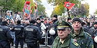 """Nazi Aufmarsch / Demo in Leipzig Ost - Leipziger verhindert den Zug durch die Stadt mit Blockade am S-Bahnhof Sellerhausen - unter dem Motto """"Leipzig nimmt Platz"""" nahmen Hunderte Leipziger an der bunten Gegenveranstaltung teil - sie schafften es den Start des Aufmarsches solange zu verhindern bis die Polizei die Kundgebung für beendet erklärte - in diesem Moment (ca. 16:40) eskalierte die Situation auf Seiten der Sympathiesanten der rechten Szene - Steine und Flaschen flogen - die Polizei bekam die Situation rasch wieder unter Kontrolle - im Bild: Leipzigs Polizeipräsident Horst.Wawrzynski vor den linken Demonstrationsgegnern. Foto: Norman Rembarz..Norman Rembarz , ASV-Autorennummer 41043728 , Holbeinstr. 14, 04229 Leipzig, Tel.: 01794887569, Hypovereinsbank: BLZ: 86020086, KN: 357889472, St.Nr.: 231/261/06432 - Jegliche kommerzielle Nutzung ist honorar- und mehrwertsteuerpflichtig! Persönlichkeitsrechte sind zu wahren. Es wird keine Haftung übernommen bei Verletzung von Rechten Dritter. Autoren-Nennung gem. §13 UrhGes. wird verlangt. Weitergabe an Dritte nur nach  vorheriger Absprache.."""