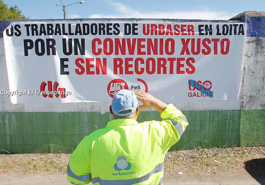 Fecha: 10-06-2014. LUGO.- HUELGA URBASER. Los 129 trabajadores de URBASER de Lugo se mantienen en huelga desde la asamblea de ayer por la noche. Subida de sus salarios congelados desde 2011 y recortes en sueldo. Los trabajadores se manifiestan hoy por la tarde delante de las instalaciones.