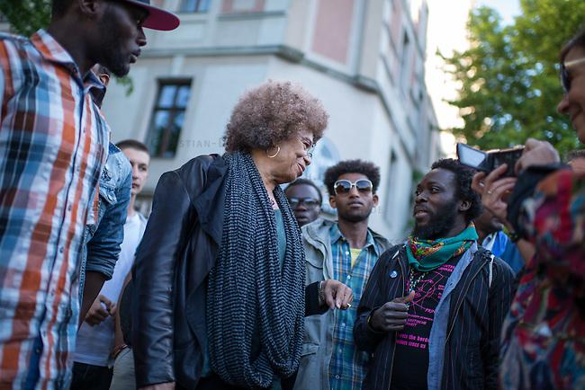 Die US-Menschenrechtlerin  Angela Davis (in der Bildmitte) traf sich am Freitag den 15. Mai 2015 in Berlin mit Fluechtlingen. Unter ihnen viele, die in der Kreuzberger Schule in der Ohlauer Strasse wohnen. Sie sollen nach dem Willen der gruenen Regierung des Stadtteils das Schulgebaeude verlassen. Die Fluechtlinge schilderten ihr, wie ihre Situation in Deutschland und in Berlin ist, und wie sie von den deutschen Behoerden behandelt werden.<br /> Im Anschluss an das Gespraech gingen die Fluechtlinge mit ihr zum Schulgebaeude, ein Eintritt wurde ihr aber schon am Vortag vom Verantworlichen im Bezirksamt verwehrt.<br /> 15.5.2015, Berlin<br /> Copyright: Christian-Ditsch.de<br /> [Inhaltsveraendernde Manipulation des Fotos nur nach ausdruecklicher Genehmigung des Fotografen. Vereinbarungen ueber Abtretung von Persoenlichkeitsrechten/Model Release der abgebildeten Person/Personen liegen nicht vor. NO MODEL RELEASE! Nur fuer Redaktionelle Zwecke. Don't publish without copyright Christian-Ditsch.de, Veroeffentlichung nur mit Fotografennennung, sowie gegen Honorar, MwSt. und Beleg. Konto: I N G - D i B a, IBAN DE58500105175400192269, BIC INGDDEFFXXX, Kontakt: post@christian-ditsch.de<br /> Bei der Bearbeitung der Dateiinformationen darf die Urheberkennzeichnung in den EXIF- und  IPTC-Daten nicht entfernt werden, diese sind in digitalen Medien nach &sect;95c UrhG rechtlich geschuetzt. Der Urhebervermerk wird gemaess &sect;13 UrhG verlangt.]
