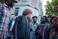 Die US-Menschenrechtlerin  Angela Davis (in der Bildmitte) traf sich am Freitag den 15. Mai 2015 in Berlin mit Fluechtlingen. Unter ihnen viele, die in der Kreuzberger Schule in der Ohlauer Strasse wohnen. Sie sollen nach dem Willen der gruenen Regierung des Stadtteils das Schulgebaeude verlassen. Die Fluechtlinge schilderten ihr, wie ihre Situation in Deutschland und in Berlin ist, und wie sie von den deutschen Behoerden behandelt werden.<br /> Im Anschluss an das Gespraech gingen die Fluechtlinge mit ihr zum Schulgebaeude, ein Eintritt wurde ihr aber schon am Vortag vom Verantworlichen im Bezirksamt verwehrt.<br /> 15.5.2015, Berlin<br /> Copyright: Christian-Ditsch.de<br /> [Inhaltsveraendernde Manipulation des Fotos nur nach ausdruecklicher Genehmigung des Fotografen. Vereinbarungen ueber Abtretung von Persoenlichkeitsrechten/Model Release der abgebildeten Person/Personen liegen nicht vor. NO MODEL RELEASE! Nur fuer Redaktionelle Zwecke. Don't publish without copyright Christian-Ditsch.de, Veroeffentlichung nur mit Fotografennennung, sowie gegen Honorar, MwSt. und Beleg. Konto: I N G - D i B a, IBAN DE58500105175400192269, BIC INGDDEFFXXX, Kontakt: post@christian-ditsch.de<br /> Bei der Bearbeitung der Dateiinformationen darf die Urheberkennzeichnung in den EXIF- und  IPTC-Daten nicht entfernt werden, diese sind in digitalen Medien nach §95c UrhG rechtlich geschuetzt. Der Urhebervermerk wird gemaess §13 UrhG verlangt.]