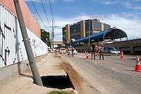 SÃO PAULO,SP,12 JANEIRO 2012 - SOLAPAMENTO AV DO ESTADO<br /> A Companhia de Engenharia de Tráfego (CET) teve de interditar na manhã de hoje duas faixas da Av. do Estado sentido Ipiranga proximo a rua Ana Neri, em razão do surgimento de um solapamento que atingiu a calçada.FOTO ALE VIANNA - NEWS FREE.
