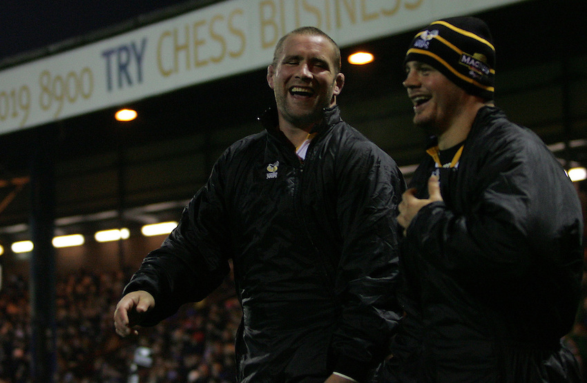 Photo: Paul Thomas..Sale Sharks v London Wasps. Guinness Premiership. 03/11/2006...Phil Vickery (L) and ?? of Wasps.