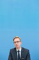 """Vorstellung des Modell-Projekt """"Buergerrat Demokratie"""" am Dienstag den 11. Juni 2019 in Berlin durch Dorothee Vogt, Programmleiterin Wirtschaft & Demokratie bei der Schoepflin Stiftung; Reiner Holznagel, Praesident des Bund der Steuerzahler (im Bild) und Claudine Nierth, Bundesvorstandssprecherin von Mehr Demokratie e. V..<br /> Der """"Buergerrat Demokratie"""" will einen Querschnitt der Buergerinnen und Buerger in Deutschland - gerade auch mit Menschen, die sich sonst nicht im politischen Feld zu Hause fuehlen - an einen Tisch bringen. Besprochen werden soll laut Buergerrat """"Was muss sich aendern, damit das Vertrauen in die Demokratie wieder waechst? Sollte die parlamentarisch-repraesentative Demokratie durch weitere Elemente ergaenzt werden?"""".<br /> Zu einem ersten Buergerrat werden 160 zufaellig ausgewaehlte Menschen geladen, die im September 2019 ein erstes Beurgergutachten erstellen sollen. Unterstuetzt wird dieses Projekt von Politikern und Institutionen.<br /> 11.6.2019, Berlin<br /> Copyright: Christian-Ditsch.de<br /> [Inhaltsveraendernde Manipulation des Fotos nur nach ausdruecklicher Genehmigung des Fotografen. Vereinbarungen ueber Abtretung von Persoenlichkeitsrechten/Model Release der abgebildeten Person/Personen liegen nicht vor. NO MODEL RELEASE! Nur fuer Redaktionelle Zwecke. Don't publish without copyright Christian-Ditsch.de, Veroeffentlichung nur mit Fotografennennung, sowie gegen Honorar, MwSt. und Beleg. Konto: I N G - D i B a, IBAN DE58500105175400192269, BIC INGDDEFFXXX, Kontakt: post@christian-ditsch.de<br /> Bei der Bearbeitung der Dateiinformationen darf die Urheberkennzeichnung in den EXIF- und  IPTC-Daten nicht entfernt werden, diese sind in digitalen Medien nach §95c UrhG rechtlich geschuetzt. Der Urhebervermerk wird gemaess §13 UrhG verlangt.]"""