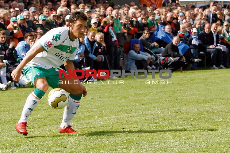 FBL 08/09 Test - BSV Kickers Emden vs. SV Werder Bremen in Loga bei Leer am 20.07.2008 1:2 (1:0)<br /> <br /> Freundschaftsspiel - Friendlymatch<br /> <br /> Mesut &divide;zil (#11 GER Werder Bremen).<br /> <br /> Foto &copy; nph (  nordphoto  ) *** Local Caption ***