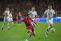 LISBOA, PORTUGAL, 29 DE MARÇO 2015 - QUAL. UEFA EURO 2016 - PORTUGAL X SÉRVIA -  Jogador João Moutinho (c) faz o passe para o segundo golo de Portugal durante jogo de qualificação para o Europeu de futebol entre Portugal X Sérvia, no Estádio da Luz, em Lisboa, Portugal. (Foto: Bruno de Carvalho - Brazil Photo Press)