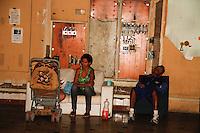 SAO PAULO, SP, 01 DE FEVEREIRO 2012 - REITEGRAÇÃO DE POSSE - FRENTE DE LUTA POR MORADIA (FLM)- Justiça determina a reitegração de posse do Edificio ocupado por integrantes do movimento Frente de Luta por Moradia (FLM) no predio da Av. Ipiranga com a Av. São João. Algumas das familias que ocupam o predio desde novembro do ano passado estão arrumando seus pertences na manhã desta quarta-feira (01) devido a decisão da justiça que preve a desocupação para amanhã dia 02.  (FOTOS: AMAURI NEHN/NEWS FREE)
