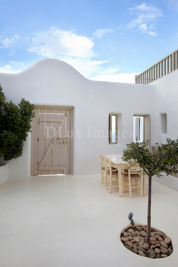 exterior minimal sitting area