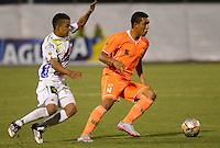 ENVIGADO- COLOMBIA -13-09-2015: Daniel Londoño (Der.) jugador de Envigado FC disputa el balón con Cristian Alarcon (Izq.) jugador de Atletico Huila, durante  partido Envigado FC y Atletico Huila por la fecha 12 de la Liga Aguila II 2015, en el estadio Polideportivo Sur de la ciudad de Envigado./  Daniel Londoño (R) player of Envigado FC, fights for the ball with Cristian Alarcon (L) player of Atletico Huila, during a match Envigado FC and Atletico Huila for the date 12 of the Liga Aguila II 2015at the Polideportivo Sur stadium in Envigado city. Photo: VizzorImage / Leon Monsalve / Cont.