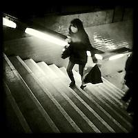 Eine Frau auf der Treppe zur U-Bahnstation Potsdamer Platz.<br />30.11.2011, Berlin<br />Foto: Christian-Ditsch.de<br />[Inhaltsveraendernde Manipulation des Fotos nur nach ausdruecklicher Genehmigung des Fotografen. Vereinbarungen ueber Abtretung von Persoenlichkeitsrechten/Model Release der abgebildeten Person/Personen liegen nicht vor. NO MODEL RELEASE! Don't publish without copyright Christian-Ditsch.de, Veroeffentlichung nur mit Fotografennennung, sowie gegen Honorar, MwSt. und Beleg. Konto:, I N G - D i B a, IBAN DE58500105175400192269, BIC INGDDEFFXXX, Kontakt: post@christian-ditsch.de<br />Urhebervermerk wird gemaess Paragraph 13 UHG verlangt.]