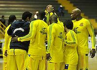 BOGOTA - COLOMBIA - 17-09-2013: Equipo de Bambuqueros de Neiva durante partido de la fecha 16 de la fase I de la Liga Directv Profesional de Baloncesto 2 en partido jugado en el Coliseo El Salitre. (Foto: VizzorImage / Luis Ramirez / Staff). Bambuqueros de Neiva Team during a match for the 16 date of the Fase I of the League of Professional Directv Basketball 2game at the Coliseo El Salitre. (Photo: VizzorImage / Luis Ramirez / Staff)