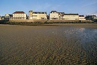 - Normandy, sites of allied landing of June 1944, the waterfront of Arromanche with the low tide ....- Normandia, i luoghi degli sbarchi alleati del giugno 1944, il lungomare di Arromanche con la bassa marea