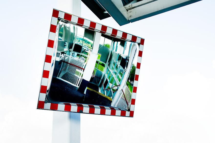 Nederland, Utrecht, 1 sept 2014<br /> Spiegel geeft zicht op het trappenhuis in een parkeergarage. Dit geeft een gevoel van veiligheid omdat je kan zien of er andere mensen in het trappenhuis zijn en je niet voor verrassingen komt te staan.<br />  <br /> Foto (c) Michiel Wijnbergh