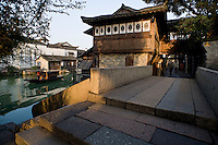 Uno scorcio della antica ciit&agrave; di Wuzhen.<br /> Wuzhen &egrave; una piccola citt&agrave; della provincia dello Zhejiang chiamata anche la Venezia d'Oriente per la caratteristica dei canali che corrono lungo i vicoli dell'antica citt&agrave;. E' anche riconosciuta come uno dei centri pi&ugrave; importanti per la produzione e la lavorazione della seta nell'antichit&agrave;. Ancora sono presenti alcune piccole ditte che continuano a lavorare la seta con gli stessi metodi di come si faceva da secoli. Nonostante sia diventata una meta turistica ancora si pu&ograve; respirare la vecchia Cina passeggiando tra i vecchi vicoli costruiti con la pietra e rimasti intatti nei secoli.
