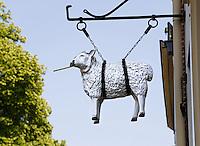 Schaap hangt aan de gevel van een huis aan de Schapenhoek  in Harderwijk