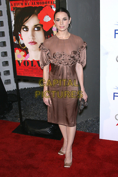 "MIA MAESTRO.AFI Fest 2006 Presented by Audi Hosts a Tribute Penelope Cruz and a Presentation of ""Volver"" - Arrivals held at ArcLight's Cinerama Dome, Hollywood, California, USA,.2 November 2006..full length brown dress ruffles hoop earrings.Ref: ADM/ZL.www.capitalpictures.com.sales@capitalpictures.com.©Zach Lipp/AdMedia/Capital Pictures."