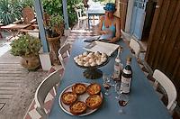 """Europe/France/Aquitaine/33/Gironde/Bassin d'Arcachon/Le Cap Ferret: L'heure de l'apéritif Lillet rouge (apéritif à base de vin rouge) à la terrasse du restaurant """"le Bistrot du Bassin"""""""