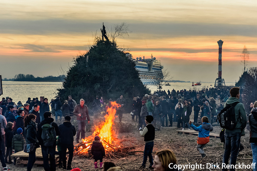 Kreuzfahrschiff AIDAmar beim Osterfeuer, Feuer Kn&uuml;ll,  in Hamburg Blankenese, Deutschland<br /> Cruiser AIDAmar at Easter bonfire, bonfire Kr&uuml;ll, in Hamburg Blankenese, Germany, Europe