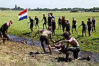 Land over Zand Blubberrace in Monnickendam. Wedstrijd slootje springen