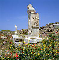 Greece, Cyclades, Island Delos: important mythological, historical and archaeological site, birthplace of Apollo and Artemis - Remains of Phallic Columns, the island is UNESCO World Cultural Heritage | Griechenland, Kykladen, Insel Delos: antike, heilige Staette, beruehmt durch das Apollonheiligtum - Saeule mit Resten eines Phallus-Symbols, die Insel ist UNESCO Weltkulturerbe