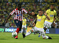BUCARAMANGA-COLOMBIA, 07-03-2020: Steve Makuka de Atletico Bucaramanga y Carmelo Valencia de Atletico Junior disputan el balon, durante partido entre Atletico Bucaramanga y Atletico Junior, de la fecha 8 por la Liga BetPlay DIMAYOR I 2020, jugado en el estadio Alfonso Lopez de la ciudad de Bucaramanga. / Steve Makuka of Atletico Bucaramanga and Carmelo Valencia of Atletico Junior vie for the ball during a match between Atletico Bucaramanga and Atletico Junior, of the 8th date for the BetPlay DIMAYOR I Legauje 2020 at the Alfonso Lopez stadium in Bucaramanga city. / Photo: VizzorImage / Jaime Moreno / Cont.