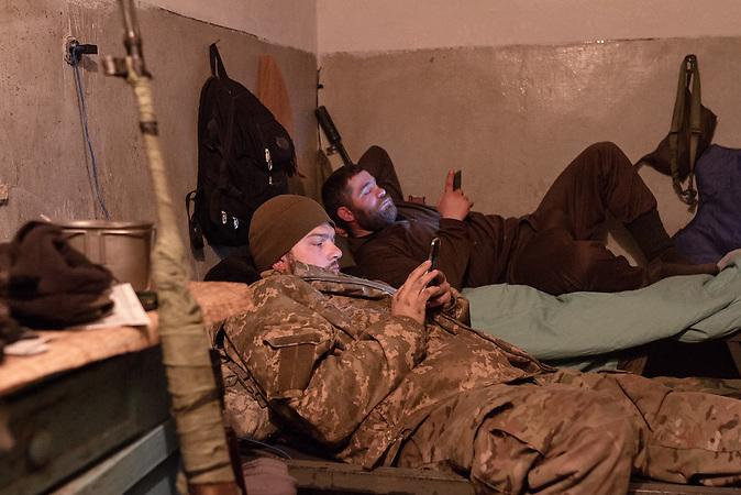 Die Soldaten vertreiben sich die Zeit mit Smartphone Surfen.