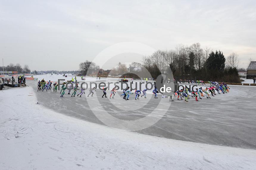 SCHAATSEN: EARNEWALD, 28-12-2010, Schaatsmarathon 100 van Earnewâld, ©foto Martin de Jong