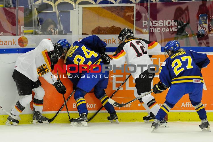 31.03.2015, Malm&ouml; Ishall, Malm&ouml; , SWE, IIHF Eishockey Frauen WM 2015, Deutschland (GER) vs Schweden SWE), im Bild Andrea LANZL (#15, ERC Ingolstadt), Erika GRAHM (#24, SWE), Anna-Marie FIEGERT (#12, Minnesota State University), Emma NORDIN (#27, SWE), Kampf um den Puck an der Bande<br /> <br /> ***** Attention nur f&uuml;r redaktionelle Berichterstattung *****<br /> <br /> Foto &copy; nordphoto / Hafner