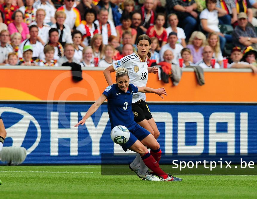 Fifa Women's World Cup Germany 2011 : France - Germany ( Frankrijk - Duitsland ) at Munchengladbach World Cup stadium : Laure BOULLEAU maakt het Kerstin GAREFREKES moeilijk.foto DAVID CATRY / Vrouwenteam.be