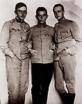 Egon Schiele (mit zwei Kameraden) als Schreiber im Kriegsgefangenenlager f&uuml;r russische Offiziere in M&uuml;hling bei Wieselburg, wohin er im M&auml;rz 1916 versetzt wurde. Photographie.<br /> <br /> - 01.01.1916-31.12.1916<br /> <br /> Es obliegt dem Nutzer zu pr&uuml;fen, ob Rechte Dritter an den Bildinhalten der beabsichtigten Nutzung des Bildmaterials entgegen stehen.<br /> <br /> Egon Schiele with two comrades during the first world war. Photography. around 1916.<br /> <br /> - 01.01.1916-31.12.1916<br /> <br /> It is in the duty of the user of the image to clear prior to usage if any Third Party rights preclude the intended use.