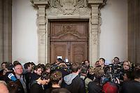 Berlin, Medienvertreter stehen am Montag (13.05.13) in Landgericht in Berlin vor dem Prozessbeginn im Fall Jonny K., gegen sechs Angeklagte Männer im Alter zwischen 19 und 24 Jahren, vor dem Saal 500. Foto: Maja Hitij/CommonLens