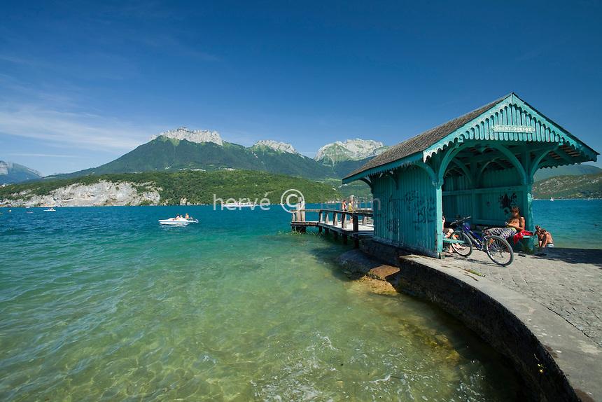 France, Haute-Savoie (74), Saint-Jorioz, lac d'Anneçy, embarcadère du port de plaisance // France, Haute-Savoie, Saint-Jorioz, lake Anneçy, pier of the marina